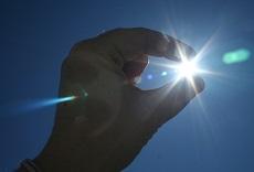 Foto van hand die de zon pakt