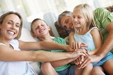 Ouders met twee kinderen vrolijk op de bank